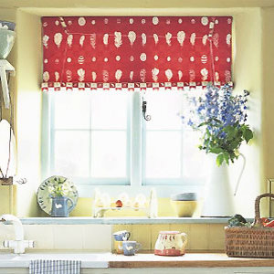 Red blind in a kitchen - Make a Swedish blind: free sewing pattern - Craft - allaboutyou.com